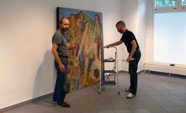 Michael Clegg und Gerrit Gohlke bei der Hängung.