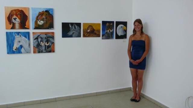 Jessy Kilian vor Ihren Arbeiten