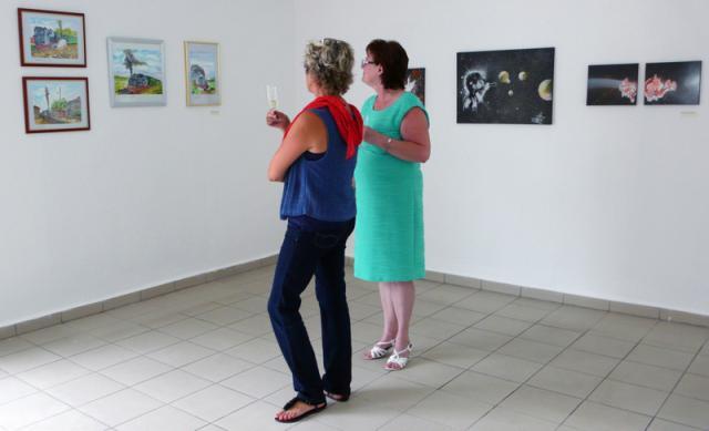 """Besucher in der Ausstellung """"Pritzwalk zeigt sich"""""""