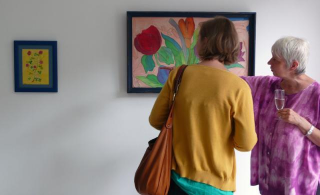 Besucherin vor Roswitha Pagels Seidenmalerei