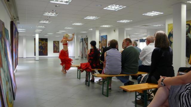Paula Sophie Konowalow bei ihrer Tanzperformance in der Ausstellung von Harms Cyrill Bellin. Foto: BKV Potsdam